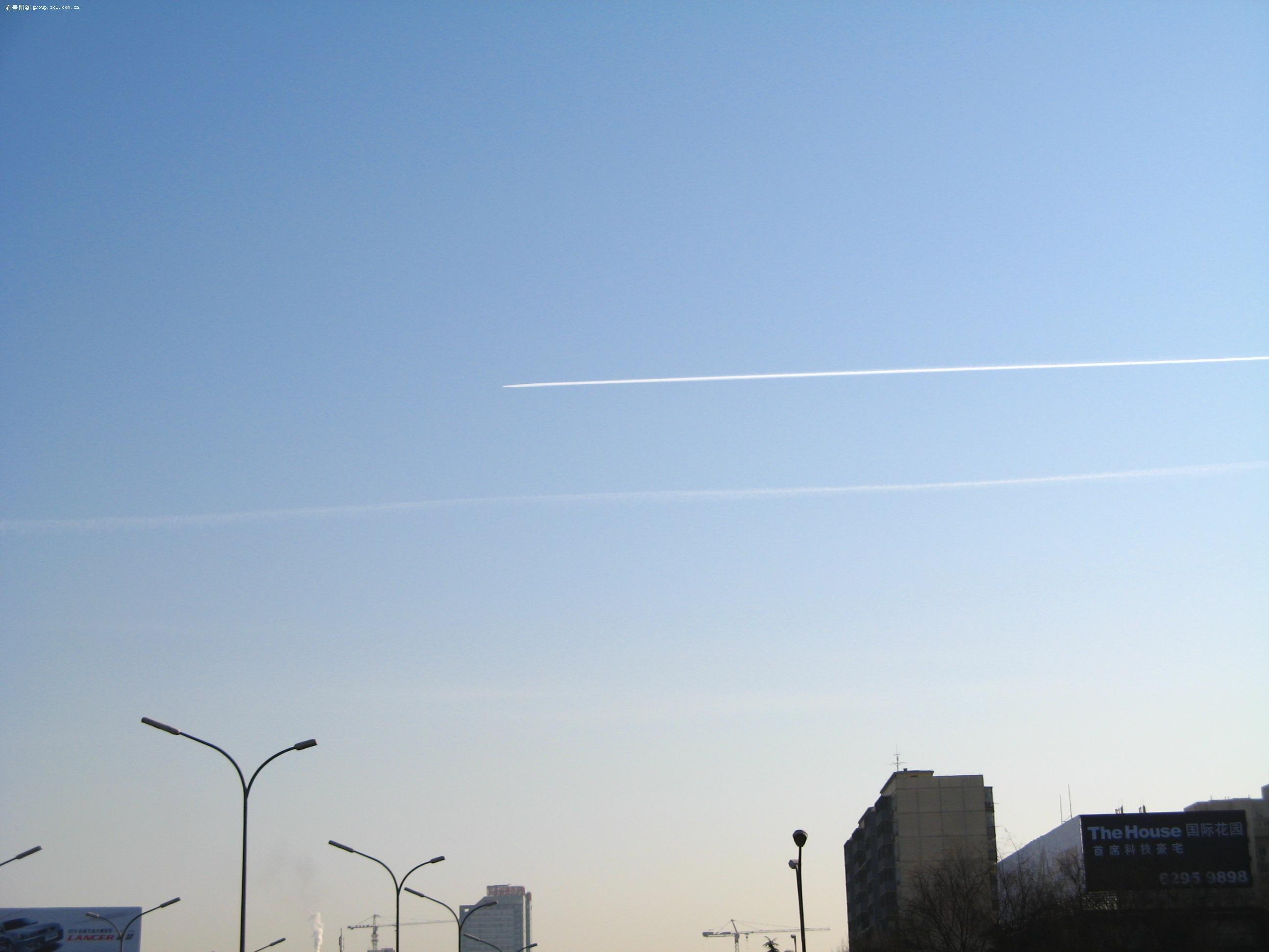 飞机划过天空有一道白