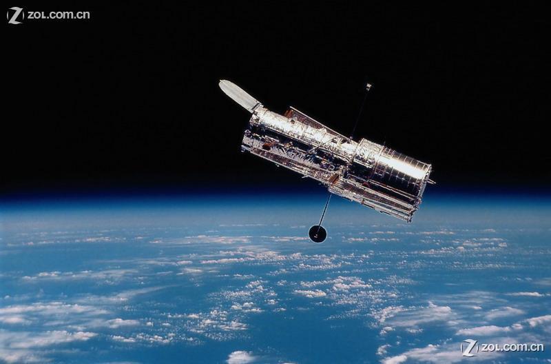 """1997年2月,""""发现号""""航天飞机升空与哈勃望远镜再次相会,此次服务飞行"""