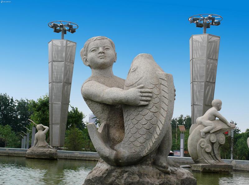 一组孩子的雕塑