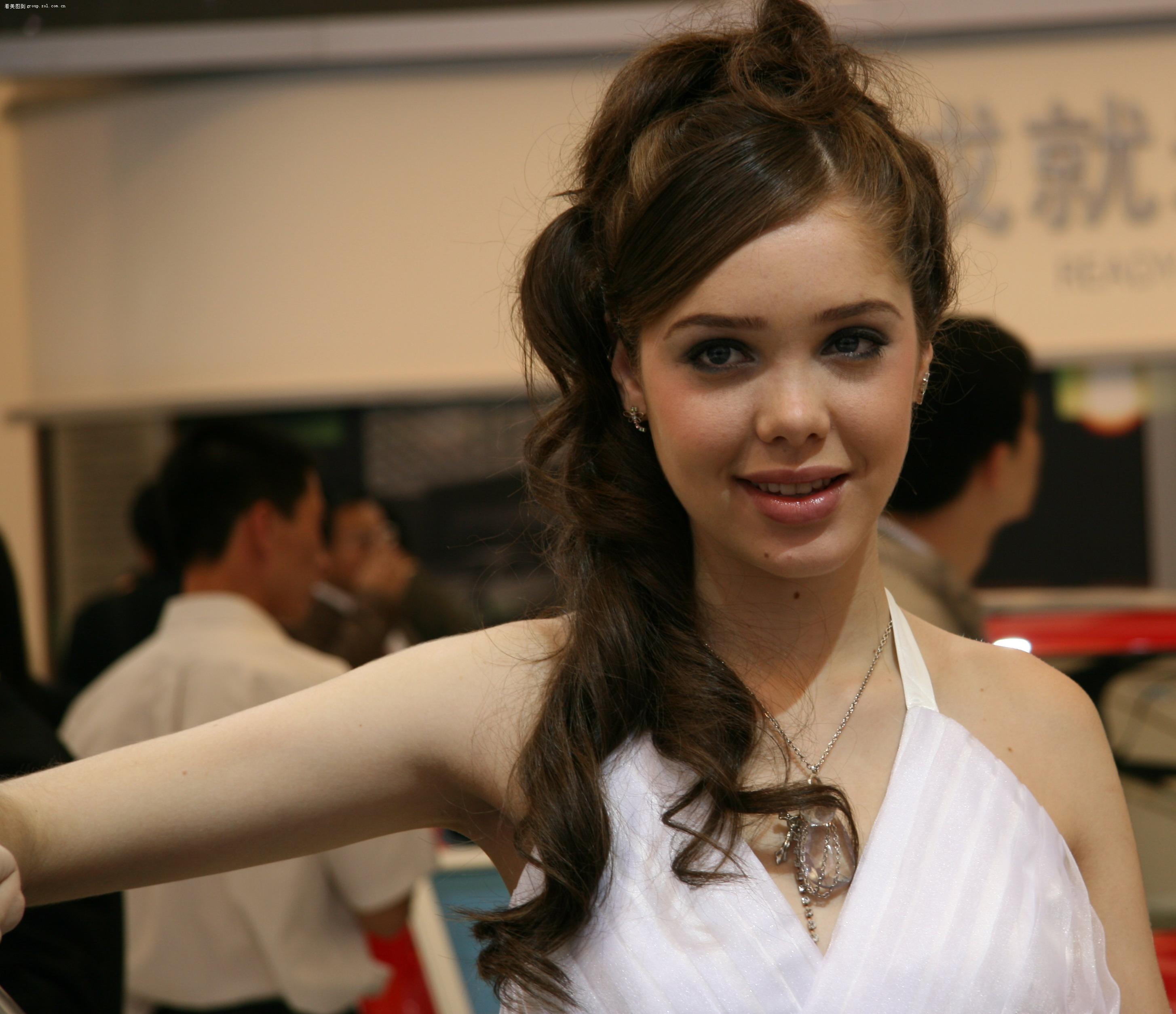 【上海车展漂亮美女通用车展工作人员比模特更漂亮