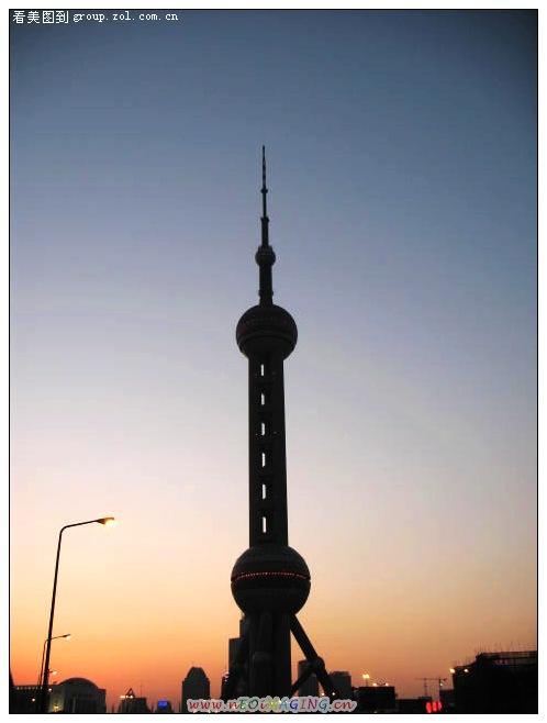 夕阳中的东方明珠电视塔