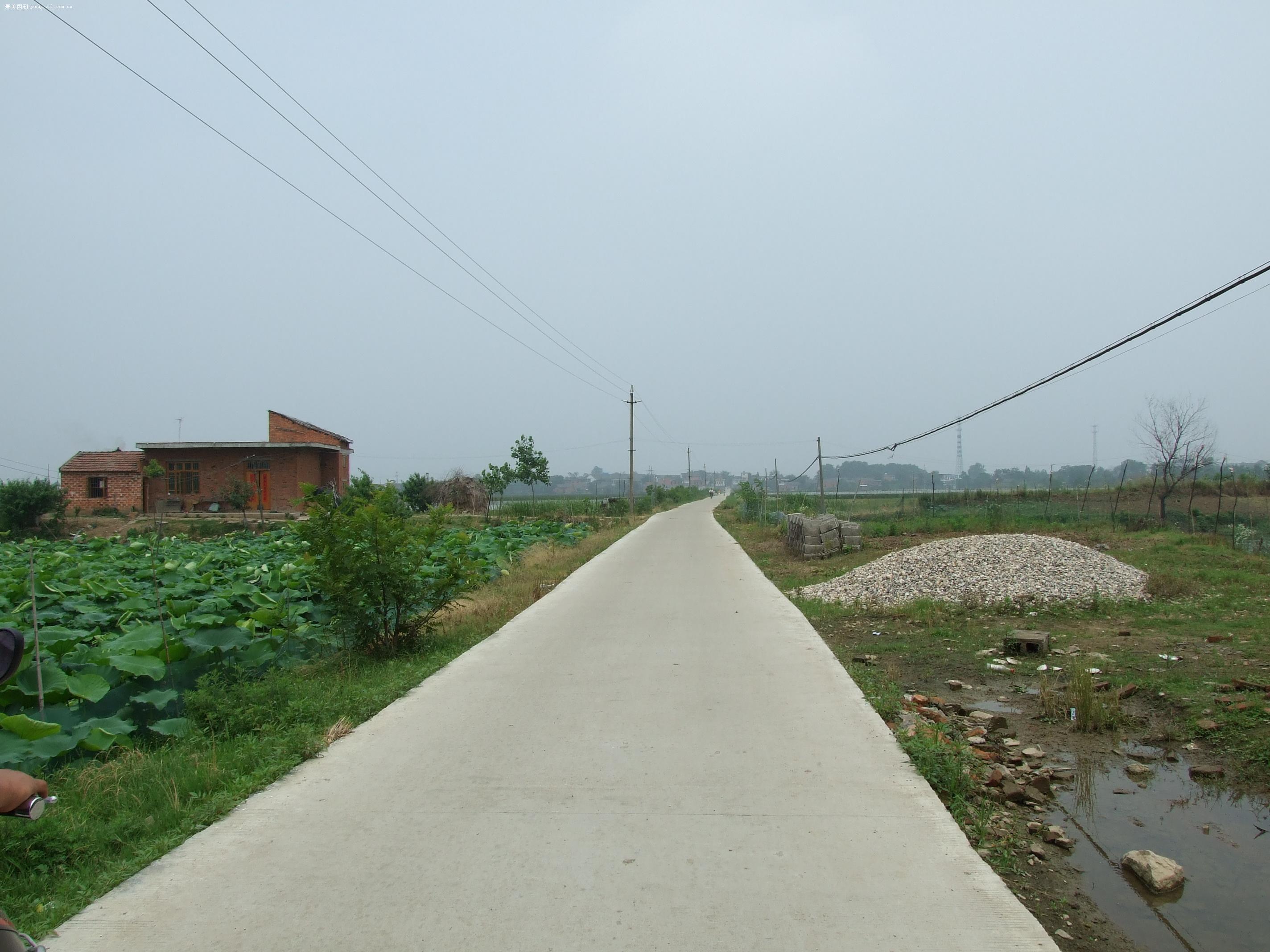乡间的村村通水泥路