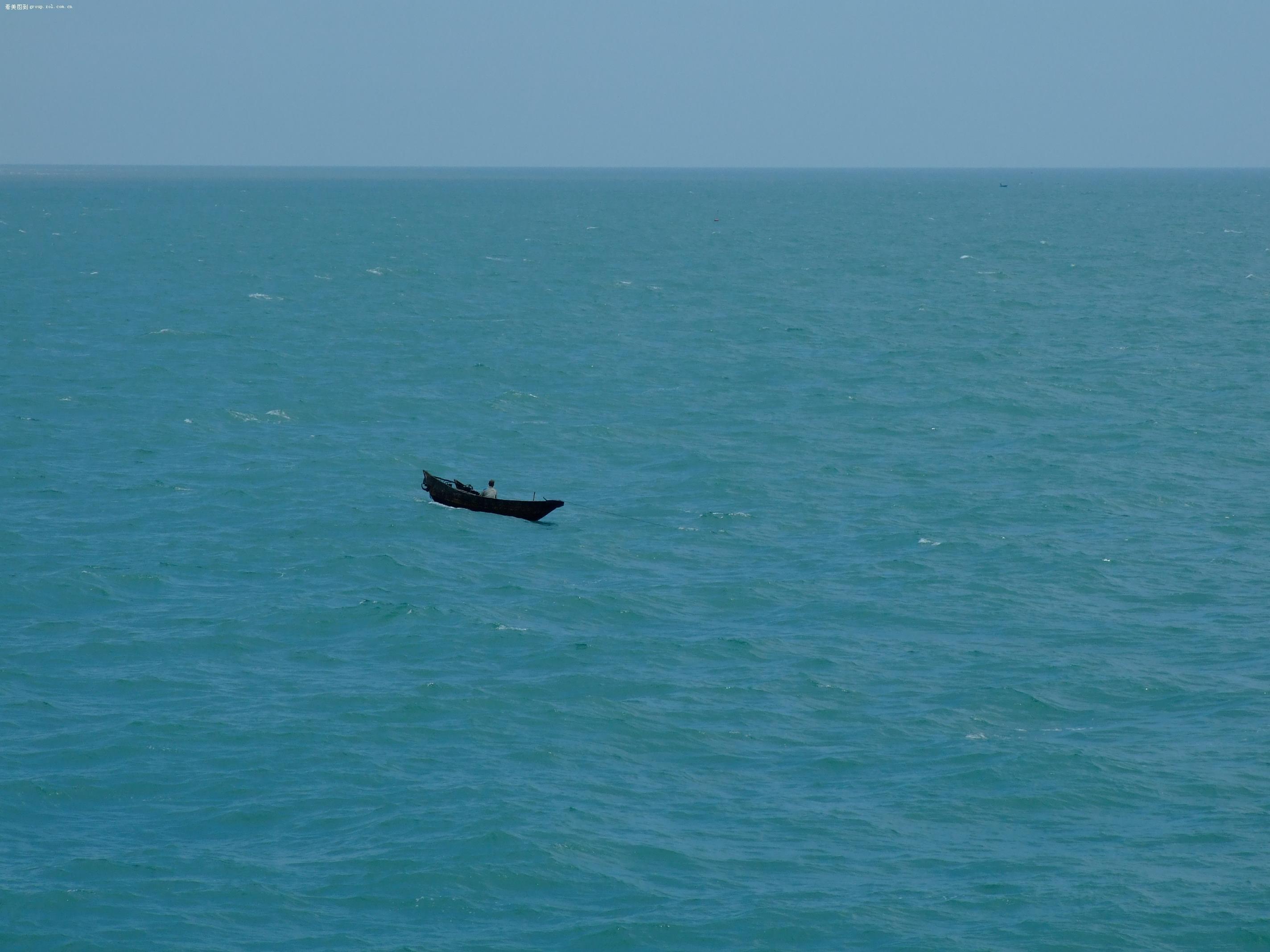 茫茫大海中的一叶小舟
