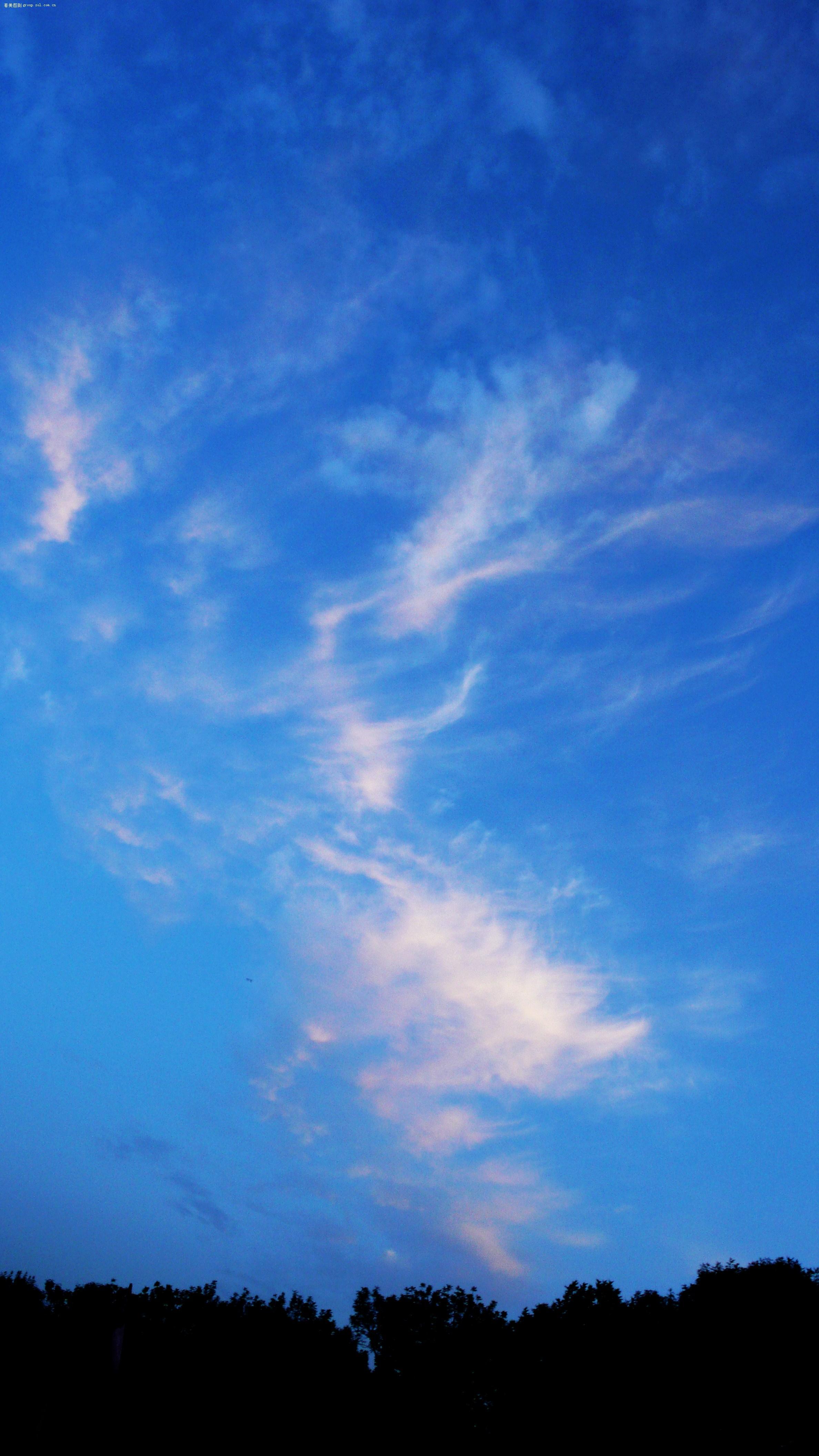 背景为天空的男头像