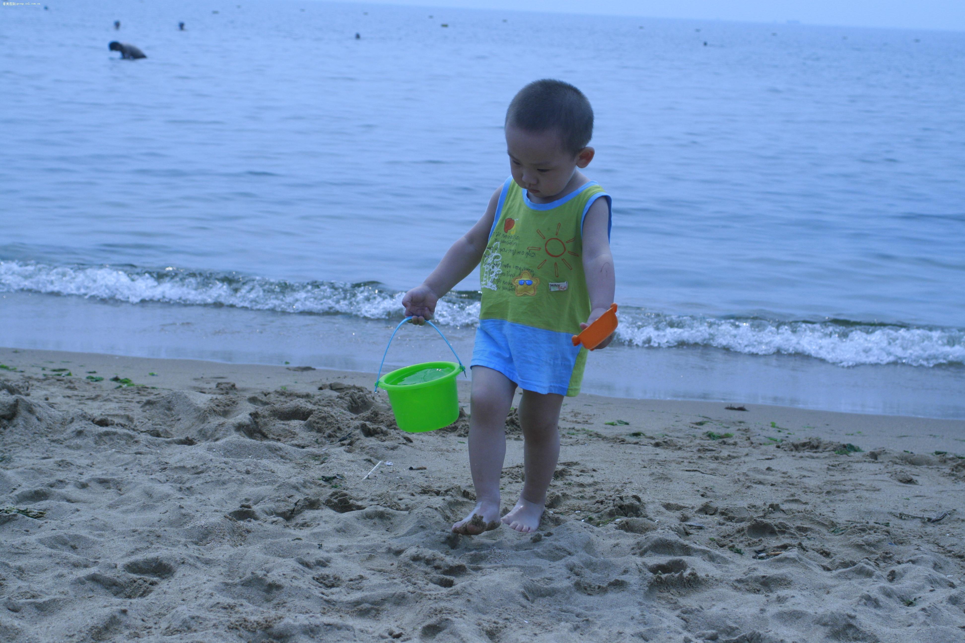 海滩上提水的可爱宝宝!