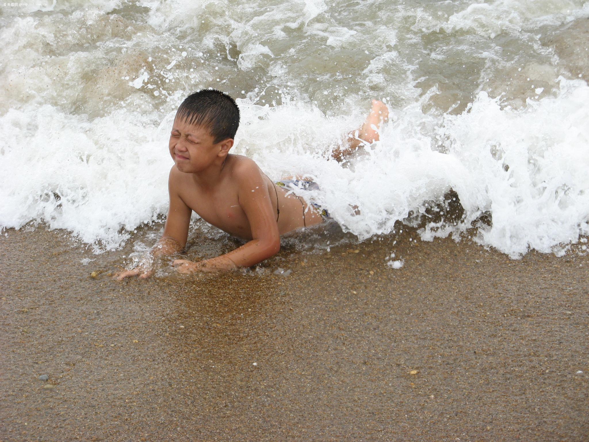 看见一小孩在海边游泳,随即抓拍