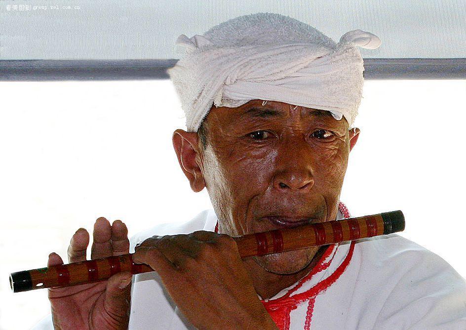 吹笛子的民间艺人