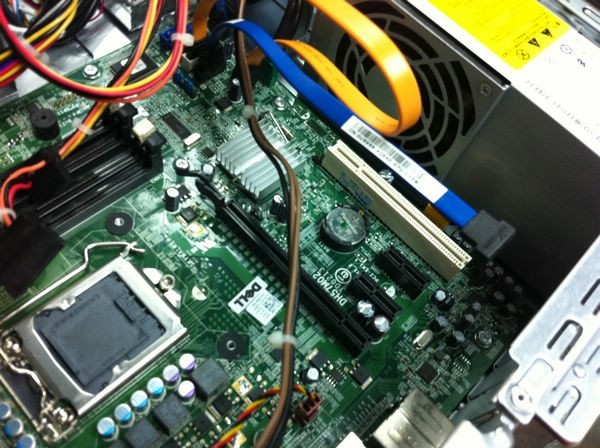 准系统含:Inspiron580S机箱、电源、主板、机箱风扇以及箱内所需线材。买回家你只需加上CPU CPU散热器 内存 硬盘 光驱这四样是根据你自己的需要灵活配置的可以享受自由配置带来的空间,我们也可以为你代配,加上这些就是一台完整的价值不菲的主机了 联系人:杨先生 联系电话:13671224571 实体地址:中关村E世界C3222# DELL原装台式机准系统 DELL Inspiron 580S准系统 小型台式机 此准系统包含有:机箱+电源+主板+开关+机箱风扇, 备注:不含CPU散热片+CPU风扇