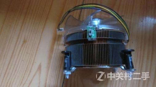 英特尔黑盒I7-975原装风扇,,规格为9238,比一般的盒装黑色风扇要厚的多,相应的风压和风量也大的多,风扇最高速度达4500转,四线智能温控,支持自动调试速度,带LED蓝光,风扇也自带减速,全速开关,散热片密集,铜铝集合,全铜底座。 刚上淘宝查了下,一个普通的盒装风扇,黑色风扇,2500转,无灯,无开关,散热片和底座全铝,只一个铜芯。只还是9025规格的都不比这个价格低,再查交易记录还非常的好,请要的从速度。 联系QQ:531802352
