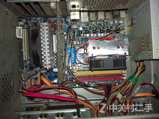 机箱前面板 谢谢各位帮顶的朋友,有朋友建议我拆开了出,套出了更便宜点 拆开了的单价: cpu :AMD 8450 三核带散热器——180 内存:金士顿DDR2800 2G*2—— 220 主板:技嘉770大板——100 硬盘:160G——100 显卡:影驰9800GT——180 机电:50 显示器:HKC19宽——300 想要的朋友私信,面交,不出外,外地的朋友