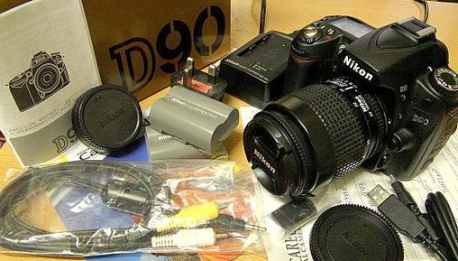 原装盒,相机带,原厂电池x2,原厂usb线,原厂媒体连接线,原厂充电器(三